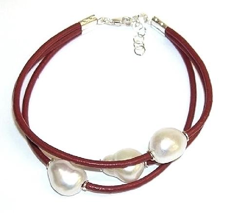 24c96b4eac9f Pulsera de 3 Perlas Cultivadas, Cuero Rojo. Plata de Ley